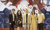 Ông Mai Thanh Việt - Đại diện NutiFood (đứng giữa) cùng ban giám khảo trong Đêm Chung Kết cuộc thi Marketing Arena 2020
