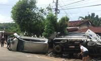 Giải cứu nhiều người mắc kẹt trong 2 ô tô lật bên đường