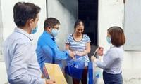 Đoàn viên thanh niên đến gõ cửa từng phòng trọ phát gạo cho công nhân
