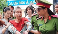 Mẹ của kẻ chủ mưu vụ giết người đúc bê tông được dìu tới tòa
