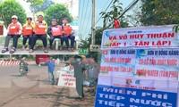 Tuổi trẻ Bình Phước hỗ trợ dân vùng biên, tiếp nước, vá xe cho người vể quê