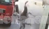 Clip: Lốp xe phát nổ bay cao rơi trúng đầu, người đàn ông tử vong