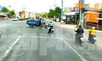 Cô gái điều khiển mô tô vượt đèn đỏ tông lật xe ba gác