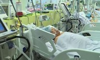Bệnh nhân ngộ độc sau bữa ăn đang cấp cứu trong tình trạng nguy kịch
