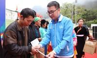 Anh Nguyễn Tường Lâm trao quà cho hộ gia đình có hoàn cảnh khó khăn.