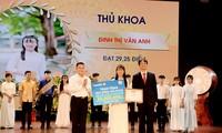 Bạn Đinh Thị Vân Anh (19 tuổi, quê huyện Nho Quan, tỉnh Ninh Bình) thủ khoa đầu vào của trường Đại học Kinh tế Quốc dân năm 2019 với 29,25 điểm khối D.