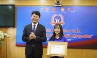 Ông Nguyễn Thanh Tịnh, Thứ trưởng Bộ Tư pháp trao giải nhất cho thí sinh Nguyễn Thị Huyền Trang (Trường cao đẳng Y tế Huế)