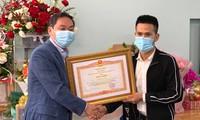 Phó Chủ tịch thường trực UBND thành phố Hà Nội Lê Hồng Sơn trao tặng bằng khen của Thủ tướng cho anh Nguyễn Ngọc Mạnh.