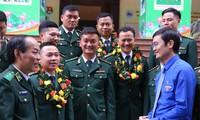 Anh Bùi Quang Huy trò chuyện cùng cán bộ, chiến sĩ BĐBP