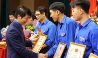 Anh Nguyễn Ngọc Lương tặng Bằng khen cho tập thể, cá nhân có thành tích xuất sắc trong công tác Đoàn và phong trào thanh niên.