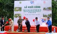 Đại biểu thực hiện nghi thức khởi công xây dựng Bia Di tích lịch sử Cầu Nà Cù, tỉnh Bác kạn.