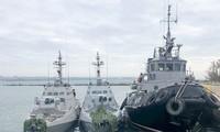 Từ trái sang: tàu Nikopol, tàu Berdyansk, tàu Yany Kapu của Hải quân Ukraine bị kéo về cảng Kerch. Ảnh: Tass