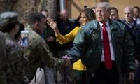 Ông Donald Trump (cà vạt đỏ) thăm căn cứ tại Iraq. Ảnh: AFP.