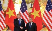 Tổng thống Donald Trump gặp Thủ tướng Nguyễn Xuân Phúc tại Văn phòng Chính phủ. Ảnh: Như Ý