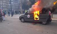 Một chiếc xa hơi bốc cháy trong một cuộc biểu tình tại Paris. Ảnh: Sputnik