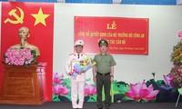 Thượng tướng Nguyễn Văn Thành trao quyết định và chúc mừng Đại tá Nguyễn Văn Trãi.