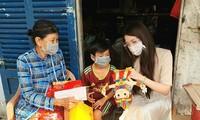 Hoa khôi Huỳnh Thúy Vi tặng quà trung thu yêu thương đến trẻ em xóm trọ