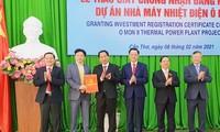 Lãnh đạo thành phố Cần Thơ trao giấy chứng nhận cho nhà đầu tư. Ảnh: TC