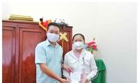 Em Lê Đỗ Anh Thư trao tiền ủng hộ cho đại diện Ủy ban MTTQ Việt Nam tỉnh Sóc Trăng