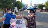 Bạn trẻ xứ dừa may khẩu trang, làm bồn rửa tay từ lốp xe