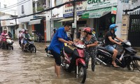 Áo xanh tình nguyện giúp dân vượt qua 'biển nước'