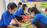 Bạn trẻ đất Sen Hồng gói bánh tét tặng cụ già đón Tết