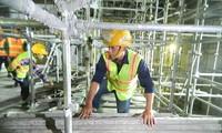 Công nhân đang thi công Ga Nhà hát thành phố. Ðể dự án tuyến metro số 1 hoàn thành đúng tiến độ, các nhà thầu ra quân từ mùng 8 Tết ảnh: Huy Thịnh