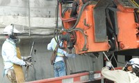 Các công nhân hàn các thanh ray để lắp đường ray đoạn metro đi trên cao thuộc gói thầu số 2 Ảnh: Huy Thịnh