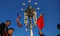 Một cột điện gần Tử Cấm Thành ở Bắc Kinh trong dịp treo cờ Trung Quốc và Mỹảnh: Damir Sagolj