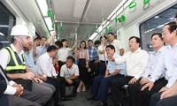 Phó Thủ tướng Trịnh Đình Dũng thị sát dự án đường sắt Cát Linh - Hà Đông sáng 1/10. Ảnh: Như Ý