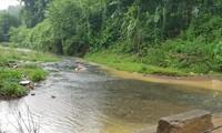 Ô nhiễm nguồn nước đầu nguồn sông Đà (ảnh lớn), khiến cá chết hàng loạt (ảnh nhỏ)