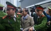 Bị cáo Trương Minh Tuấn được đưa tới tòa