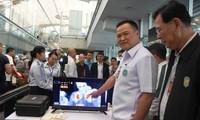 Bộ trưởng Y tế Thái Lan Anutin Charnvirakul kiểm tra việc quét thân nhiệt hành khách tại sân bay quốc tế Suvarnabhumi Ảnh: Chiangrai Times