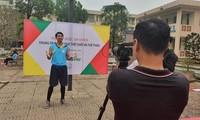 Giảng viên ĐH Quốc gia Hà Nội với tiết dạytrực tuyến môn thể dục ảnh: Diệp An