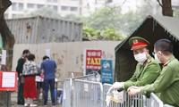 Công an địa phương tích cực tham gia phòng chống dịch Covid-19 tại quận Hoàng Mai, Hà Nội Ảnh: Như Ý