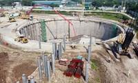 Nhà máy xử lý nước thải Yên Xá còn ngổn ngang, chưa biết bao giờ hoàn thành. Ảnh Mạnh Thắng