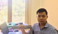 Nguyễn Sỹ Nam bên bộ thước kẻ và compa dành cho học sinh khiếm thị Ảnh: NVCC