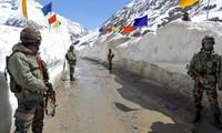 Những người lính Ấn Độ đứng gác ở đèo Zojila phủ đầy tuyếtẢnh: DPA
