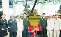 (Từ trái sang) Các cựu chiến binh Nguyễn Văn Tập (thứ 2), Lê Văn Phượng (thứ 3), Vũ Đăng Toàn (thứ 6) và Ngô Sỹ Nguyên (thứ 7) tại Lễ công bố xe tăng 390 là Bảo vật quốc gia Ảnh: Kiến Nghĩa