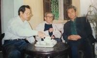 Tác giả bài viết (bìa trái) cùng nhà văn Kim Lân
