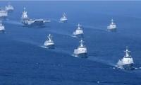 Tàu sân bay Liêu Ninh cùng các khu trục hạm Trung Quốc trong một đợt tập trận trên biển ĐôngẢnh: AP