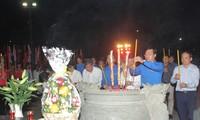 Lãnh đạo TPHCM và T.Ư Đoàn dâng hương tưởng nhớ các anh hùng liệt sỹ Ảnh: NGÔ TÙNG
