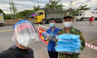 Ca sĩ Quang Hào mang đồ bảo hộ tới 10 điểm chốt ở Đà Nẵng trong chiều 2/8