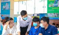 Thí sinh, phụ huynh nghe tư vấn tuyển sinh tại một trường đại học ở TPHCM. Ảnh: Nguyễn dũng