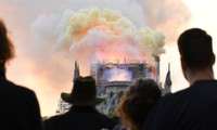Mọi người đang theo dõi Vụ cháy tại Nhà thờ Đức Bà Paris ngày 15/4/2019. Nguồn ảnh: Julien Mattia/Le Pictorium Agency via ZUMA/REX/Shutterstock