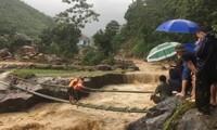 Ngàn người băng rừng nỗ lực tiếp cận bản vùng lũ bị cô lập