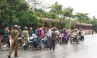 Lực lượng chức năng bắt giữ đối tượng người Lào.