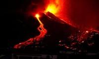 Núi lửa Cumbre Vieja phun trào dòng dung nham nóng bỏng xuống đảo La Palma của Tây Ban Nha.