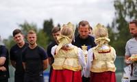 Luyện công trên đất Nga, tuyển Anh được tặng bánh mì và muối