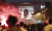CĐV tràn ra đường ăn mừng chiến thắng của ĐT Pháp.
